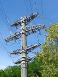 高压塔、送电线、绝缘体和导线 免版税图库摄影