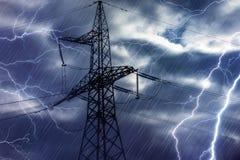 高压塔和闪电 库存照片