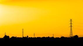 高压岗位。高压塔天空背景。 免版税库存照片
