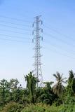 高压岗位或主输电线塔和蓝天 免版税库存照片