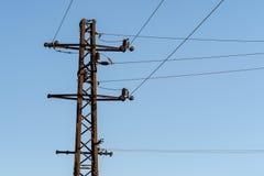 高压电专栏和导线  免版税库存图片