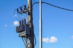 高压电子变压器高在具体杆 免版税库存图片