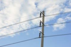 高压电子杆在白色和蓝天的115 kV 免版税库存照片
