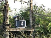 高压电源变压器是狂放的 库存照片