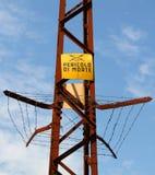 高压电缆有死亡的风险签到意大利语 库存图片