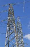 高压电缆的大定向塔在发电站的 库存照片