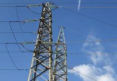 高压电缆的大定向塔在发电站的 图库摄影