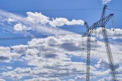 高压线定向塔反对天空的与云彩 库存图片