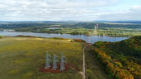 高压线支持反对五颜六色的秋天树的 影视素材