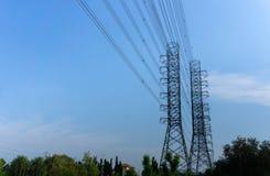 高压输电塔 免版税库存照片