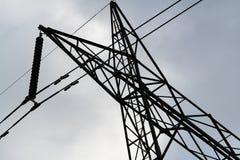 高压输电线和塔紧的庄稼从在下 库存照片
