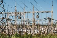 高压输电线和电电源变压器驻地 免版税库存图片