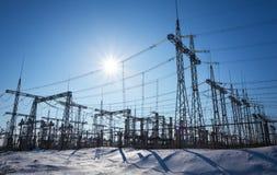 高压输电线在冬天 中央系统暖气工厂次幂上升暖流 库存图片