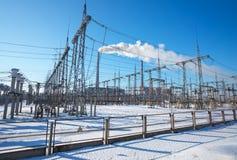 高压输电线在冬天 中央系统暖气工厂次幂上升暖流 免版税图库摄影
