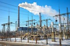 高压输电线在冬天 中央系统暖气工厂次幂上升暖流 库存照片