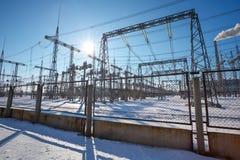 高压输电线在冬天 中央系统暖气工厂次幂上升暖流 Hig 图库摄影