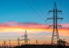 高压输电线 电发行驻地 高压电传输塔 电的发行 免版税库存照片