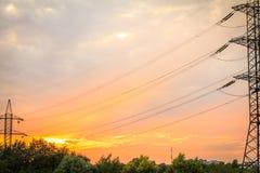 高压输电耸立与电能wi 免版税库存图片