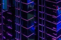 高发光的大厦明亮的紫色被带领的背后照明墙壁的样式特写镜头摘要,大厦现代照明设备  免版税库存照片