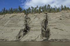 高和陡峭的含沙河岸 免版税库存图片