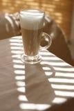 高咖啡馆玻璃的latte 库存照片