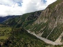 高喜马拉雅谷的狭窄的冰川河 库存图片