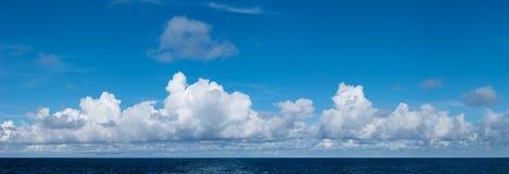 高在海洋的定义全景cloudscape 免版税库存图片