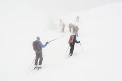 登高在雾的Backcountry滑雪者 免版税图库摄影