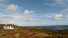 高地在苏格兰-在海山风景,定期流逝附近的白色房子 股票视频
