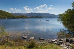 高地的西部苏格兰英国莫勒湖美丽的Scotish海湾 免版税图库摄影