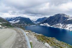 高地路和深蓝色湖 图库摄影