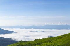 高地 在山谷的云彩 免版税库存图片