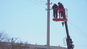 高塔变动的老练的电工在电支持的导线 股票视频