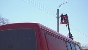高塔的电工改变在电支持的导线 股票视频