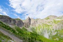 高处蓝色湖在冰川一次报道的田园诗未污染的环境里 夏天冒险和探险在I 免版税库存照片