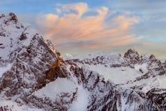高多雪的山冬天风景  免版税图库摄影