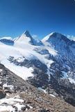 高多雪的山 免版税库存照片