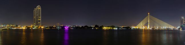 高大厦全景在河和桥梁的 免版税库存图片