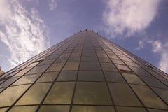 高大厦从下面射击了与金黄黄色和窗口 免版税库存照片