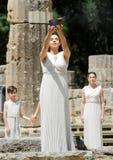 高女教士,在火炬照明设备期间的奥林匹克圣火蜡膜 免版税库存图片