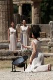 高女教士,在火炬照明设备期间的奥林匹克圣火蜡膜 免版税库存照片