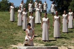 高女教士,在火炬照明设备期间的奥林匹克圣火蜡膜 库存图片