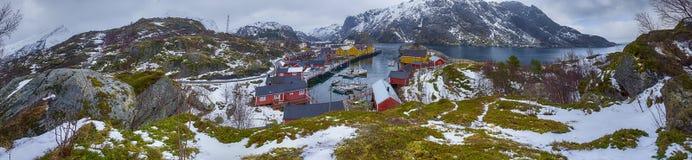 从高小山采取的美丽的斯诺伊Nusfjord村庄全景在Lofoten海岛 库存图片