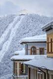 高尔基Gorod冬天有空中览绳的山区度假村积雪的旅馆屋顶在背景垂直风景举 图库摄影