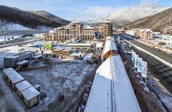 高尔基Gorod多雪的树背景美好的冬天风景的度假旅馆 免版税库存照片