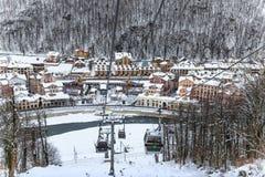 高尔基Gorod手段空中览绳在多雪的树背景美好的冬天风景的滑雪电缆车 免版税库存图片