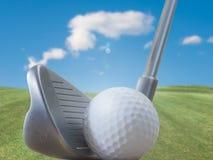 高尔夫俱乐部、球和自然 免版税图库摄影