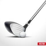 高尔夫俱乐部和球在冲击的时刻 免版税库存照片