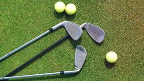 高尔夫俱乐部和球在绿色草坪说谎 股票录像