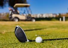 高尔夫俱乐部和球在高尔夫球场 免版税库存图片
